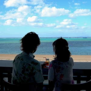 【本島 美ら海水族館近く】ビーチサイドの絶景カフェで、感動のコーラルブルーと至...