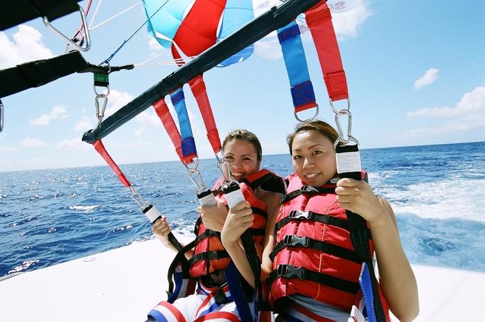 大空からグアムのパノラマ絶景★パラセール + 無料バナナボート by スキューバ カンパニー マリンスポーツ
