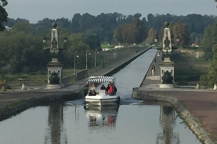 ロワールのいいとこ取り1日観光 昼食付 ~伝統陶器ジアン、AOCワインとチーズ、エッフェルの運河橋~