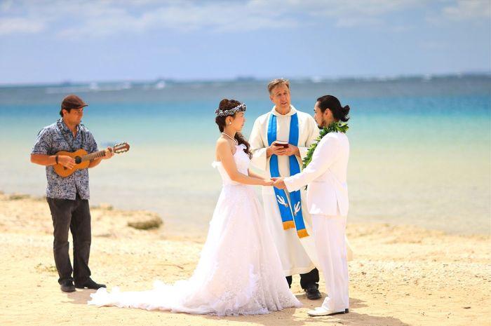 d89745be45557 ハワイらしさ満点 青い空と海に祝福されて行うビーチウェディング  お得なウェディングセレモニー付き