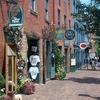 煉瓦造りの家並みや石畳が歴史を偲ばせる町...の写真
