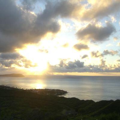 感動の朝日♪ダイヤモンドヘッド登山に早朝...の写真