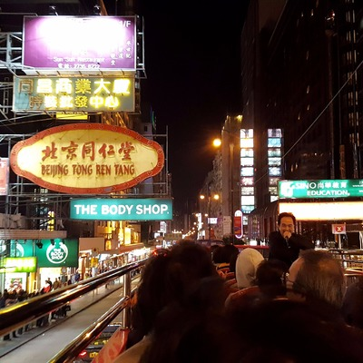 夜の香港でオープントップバス・パノラマド...の写真