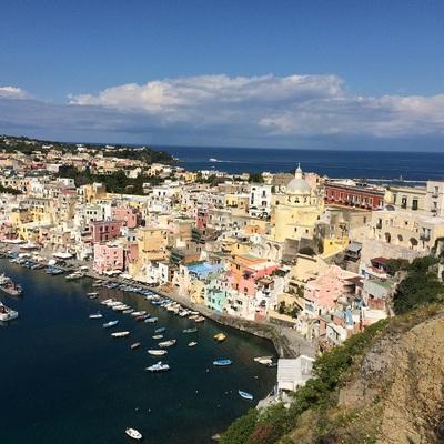 パステルカラーの港町プロチダ島とナポリ1...の写真