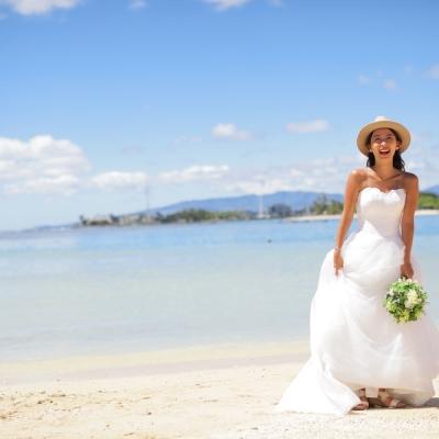 ハワイのビーチでウェディングフォト撮影 ...の写真