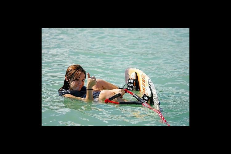 美しいハワイカイの海の上をボードで滑ろう...の写真