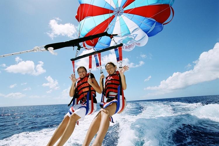 グアムの空と海とイルカに癒されよう パラ...の写真