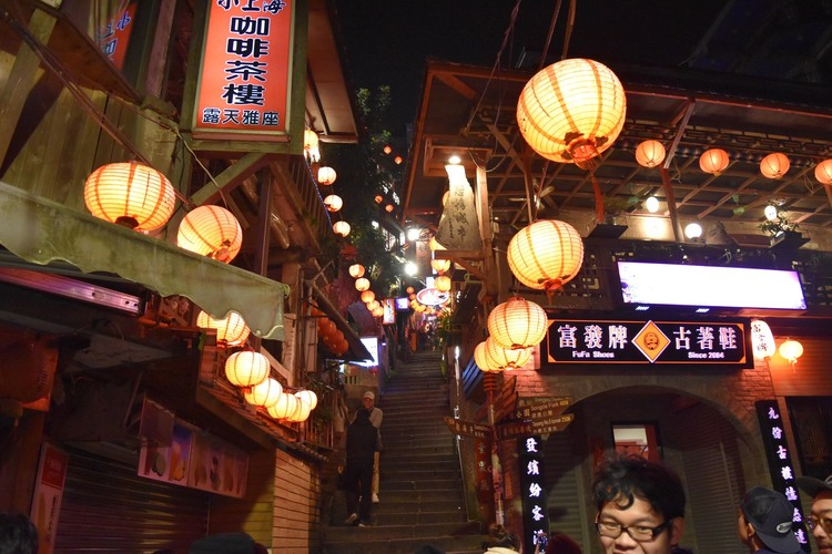 専用車で夜の九份観光 + 饒河街夜市散策の写真