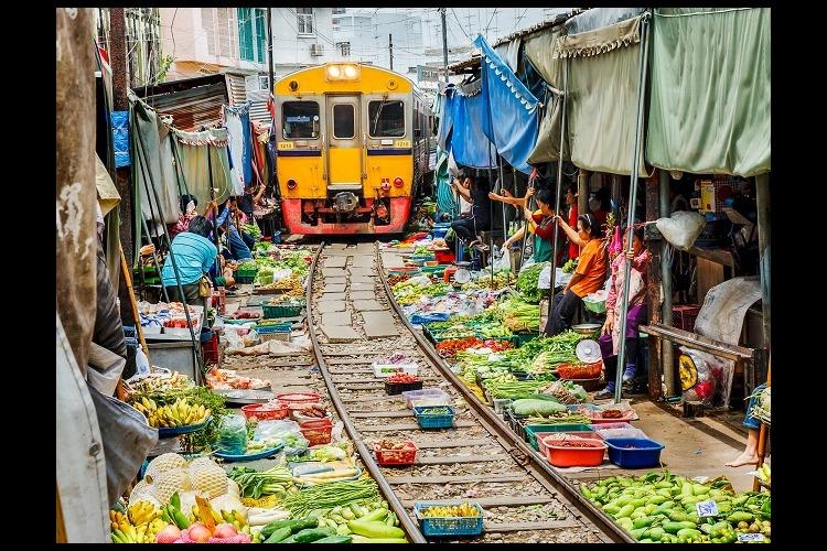 メークロン傘たたみ線路市場の写真