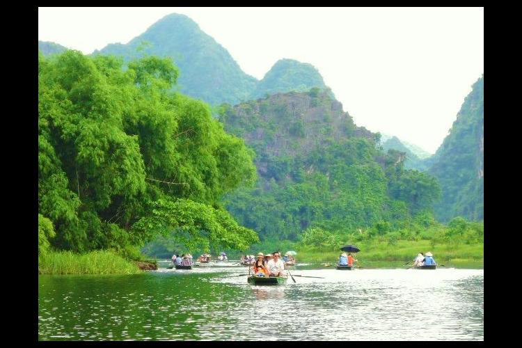 ハノイ 世界遺産チャンアン川下りと古都ホ...の写真