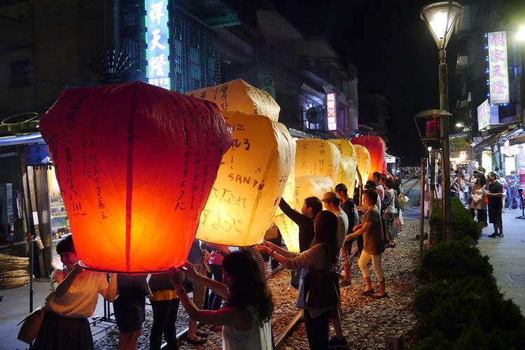 夜の九份散策と十分天燈上げ体験の写真
