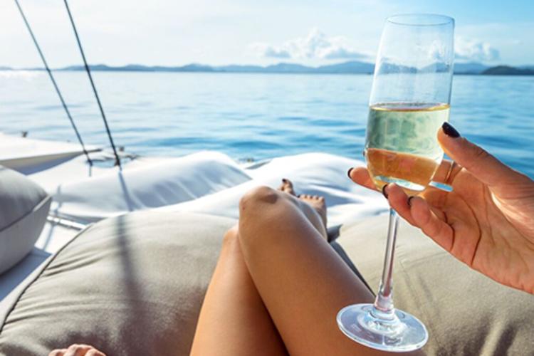 海の上のビーチクラブ! 豪華カタマラン船...の写真