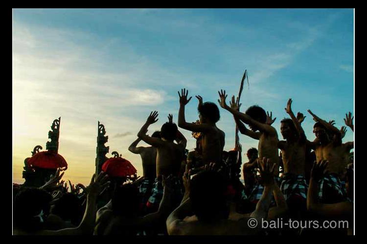 夕陽の名所ウルワツ寺院 + ケチャダンス...の写真
