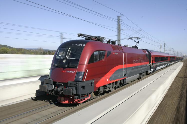 国鉄最速レイルジェットで行く!ブタペスト...の写真