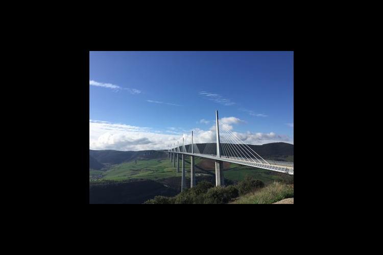 専用車で 絶景高さ世界一のミヨー橋と城塞...の写真