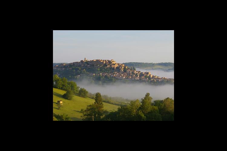 専用車で 天空都市コルド・シュル・シエル...の写真
