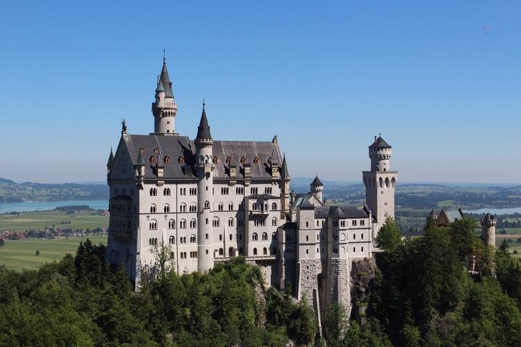 ノイシュヴァンシュタイン城とドイツ最高峰...の写真
