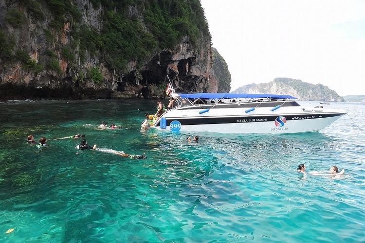 スピードボートで行く ピピ島 + バンブ...の写真