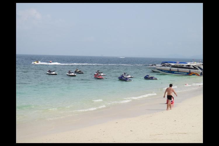 スピードボートで行く ピピ島 + カイ島...の写真