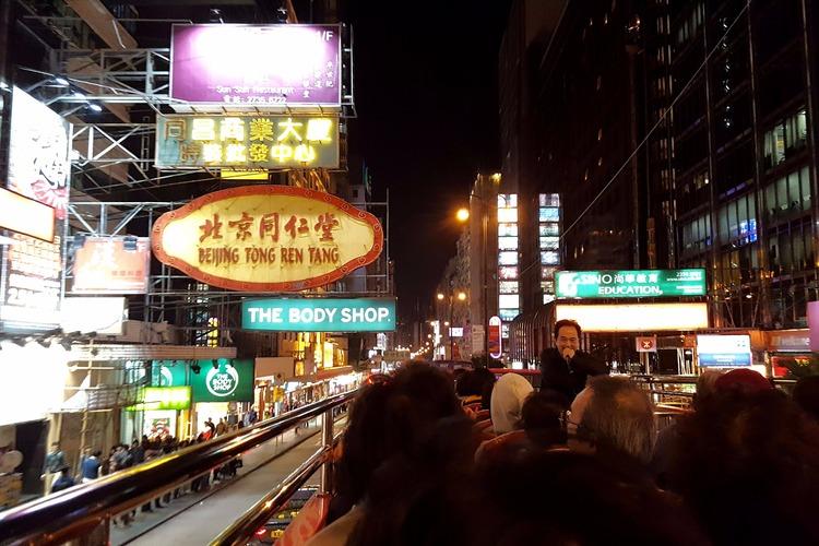 夜の香港でオープントップバス + ディナ...の写真