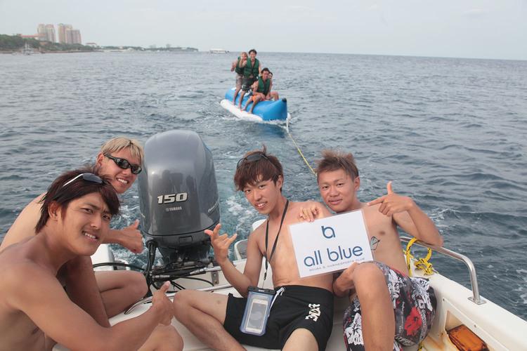マクタン島でマリンスポーツを体験 バナナ...の写真