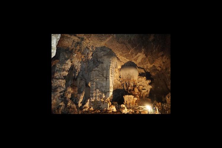 タイ最大級の洞窟 チェンダオ洞窟 + 首...の写真