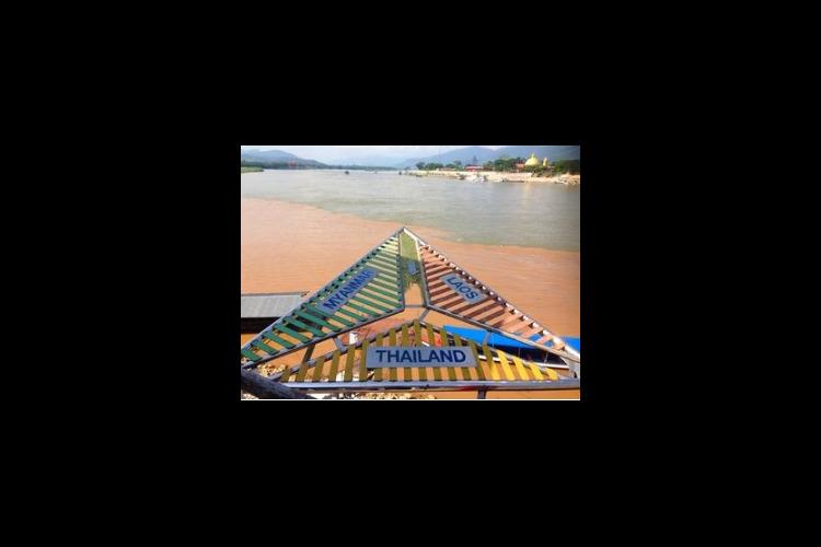 ゴールデントライアングル メコン川をスピ...の写真
