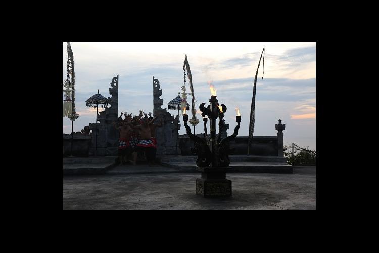 アユン川でラフティングとウルワツ寺院でサ...の写真