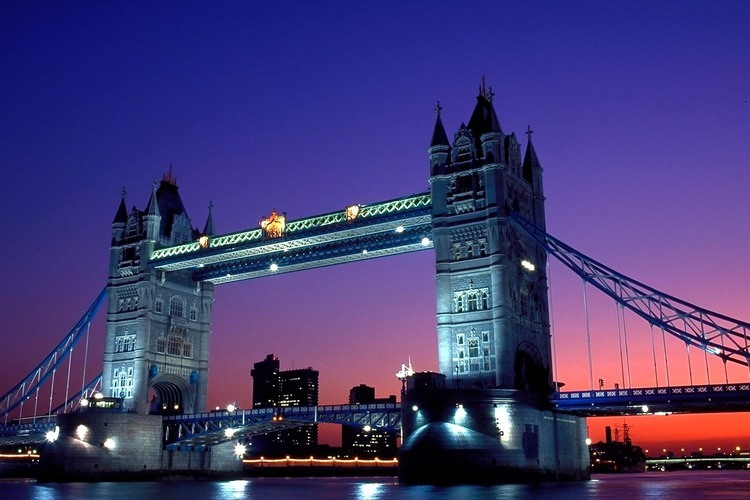 黄昏のロンドン 英国名物パイ料理とパブで...の写真