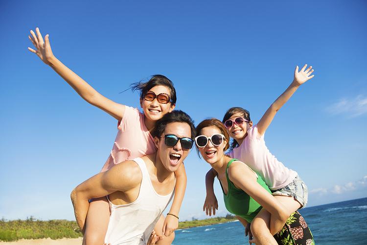 家族みんなで楽しい沖縄旅行の一枚を撮影し...の写真