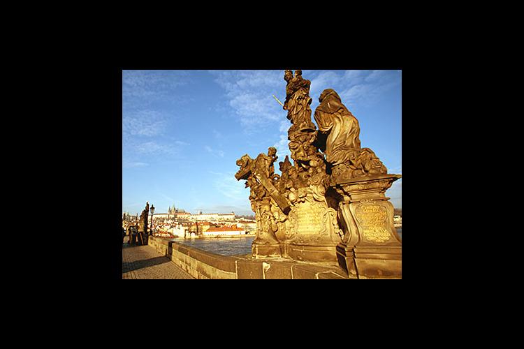朝のカレル橋とプラハ旧市街 早朝散歩の写真