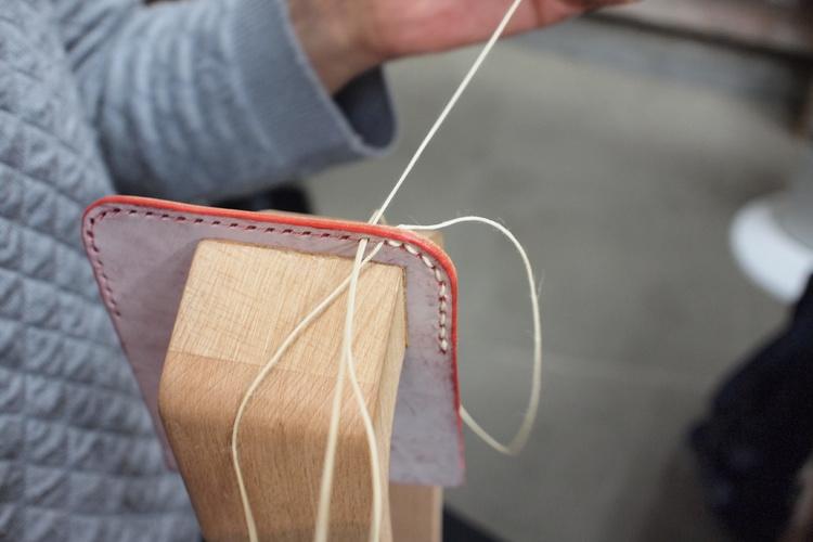 イタリア製の革で名刺入れ作り、職人の町で...の写真