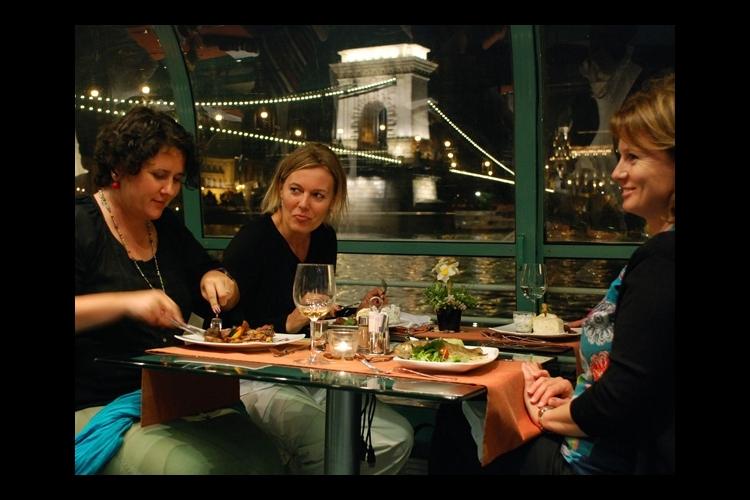 船上で生演奏を聴きながらの夕食 ドナウ川...の写真