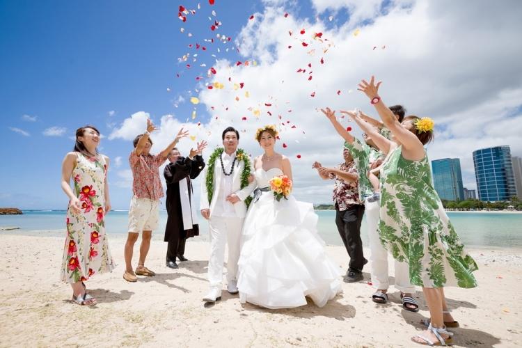 ハワイの青い空と海に祝福される幸せな時間...の写真