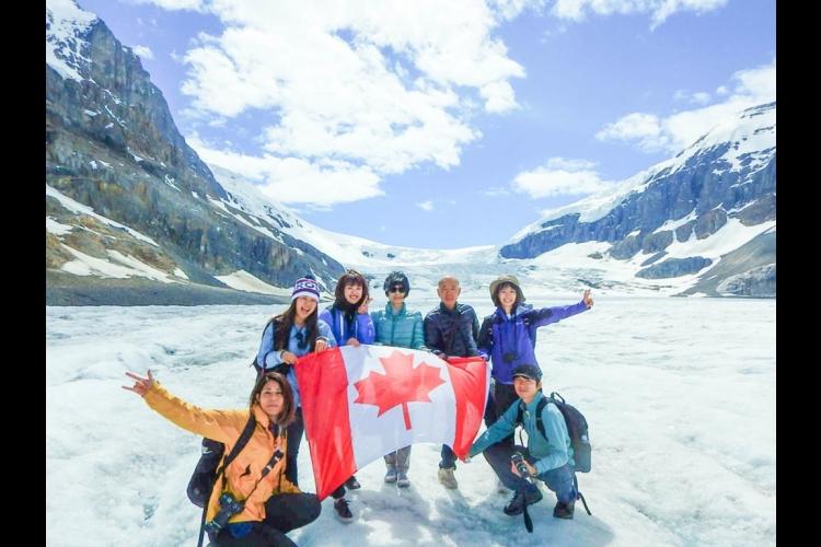 氷河観光道路を走る迫力のアイスフィールド...の写真