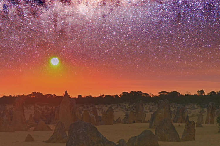 パース発ピナクルズ サンセット & 天体...の写真